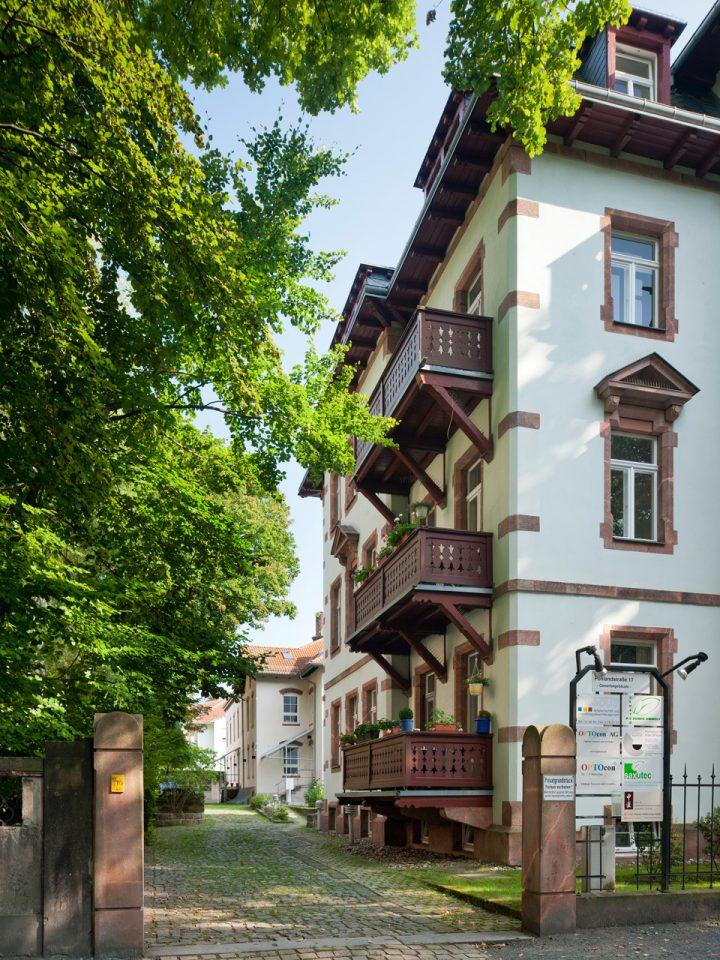 Die Praxis befindet sich im hinteren Gebäude der Pohlandstraße 17.